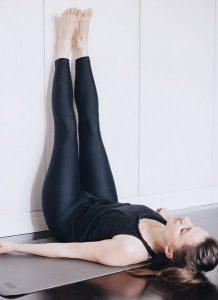 Упражнения при ПМС. Ноги вверх